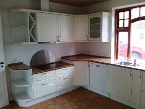 Nyere køkken med opvaskemaskine, keramiske plader, og gulvarme.